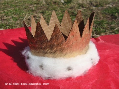 Make a mini crown from a coffee sleeve